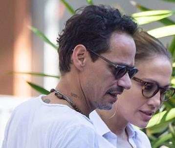 Beso y abrazo entre Marc Anthony y Jennifer López